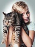 Junges Mädchen mit Katze stockfotografie