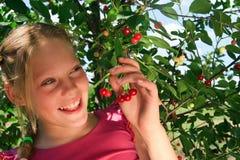 Junges Mädchen mit Kirschbeeren Stockfotos