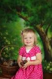 Junges Mädchen mit Korbkegeln Lizenzfreie Stockfotografie