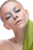 Junges Mädchen mit kreativem Make-up in den gelbgrünen Tönen Ein schönes Modell mit einem Schein auf ihren Augen im Bild eines Fr Stockbilder