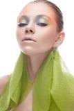 Junges Mädchen mit kreativem Make-up in den gelbgrünen Tönen Ein schönes Modell mit einem Schein auf ihren Augen im Bild eines Fr Stockfoto