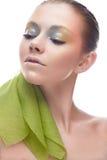 Junges Mädchen mit kreativem Make-up in den gelbgrünen Tönen Ein schönes Modell mit einem Schein auf ihren Augen im Bild eines Fr Lizenzfreie Stockbilder