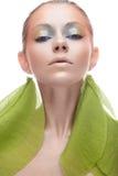 Junges Mädchen mit kreativem Make-up in den gelbgrünen Tönen Ein schönes Modell mit einem Schein auf ihren Augen im Bild eines Fr Stockfotografie