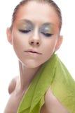 Junges Mädchen mit kreativem Make-up in den gelbgrünen Tönen Ein schönes Modell mit einem Schein auf ihren Augen im Bild eines Fr Stockbild