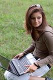 Junges Mädchen mit Laptop Stockfotos