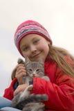 Junges Mädchen mit Miezekatze Lizenzfreie Stockfotografie