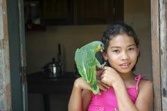 Junges Mädchen mit Papageien lizenzfreie stockbilder