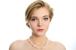 Junges Mädchen mit Perlen Stockfotografie