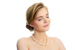 Junges Mädchen mit Perlen Lizenzfreies Stockfoto