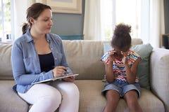Junges Mädchen mit Problemen zu Hause sprechend mit Ratgeber Stockfotos