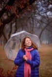 Junges Mädchen mit Regenschirm am Parkherbsttag lizenzfreie stockfotografie