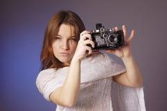 Junges Mädchen mit Retro- Kamera Lizenzfreie Stockbilder