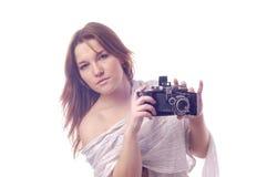 Junges Mädchen mit Retro- Kamera Lizenzfreie Stockfotografie