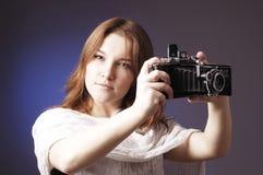 Junges Mädchen mit Retro- Kamera Lizenzfreies Stockfoto