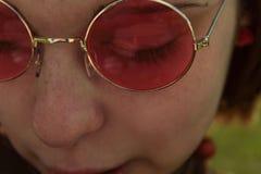 Junges Mädchen mit rosa Gläsern lizenzfreie stockfotos
