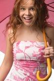 Junges Mädchen mit rosafarbenem Regenschirm Stockbild