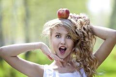 Junges Mädchen mit rotem Apfel Lizenzfreie Stockfotos