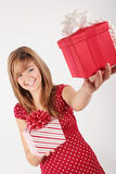 Junges Mädchen mit roten Geschenken Lizenzfreie Stockfotos