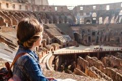 Junges Mädchen mit Rucksack erforschend innerhalb des Colosseum Lizenzfreie Stockfotografie