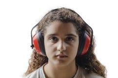 Junges Mädchen mit schützenden Ohrmuffen Stockbild