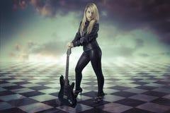 Junges Mädchen mit schwarzem elektrischem guitar.gamero-Schach, Stücke marbl lizenzfreie stockbilder