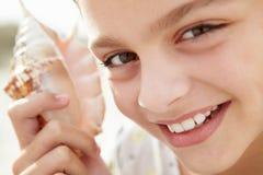 Junges Mädchen mit Seashell lizenzfreie stockfotografie