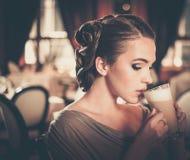 Junges Mädchen mit Tasse Kaffee Stockbild