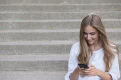 Junges Mädchen mit Telefon Stockfotos