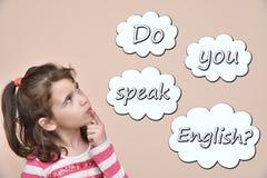 Junges Mädchen mit Text sprechen Sie Englisch in den Gedankenblasen stockfotografie