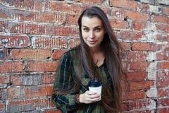 Junges Mädchen mit trinkendem Kaffee des langen Haares Lizenzfreie Stockfotografie