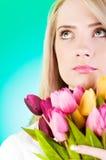 Junges Mädchen mit Tulpen Stockfotografie