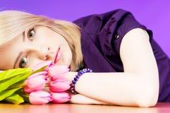 Junges Mädchen mit Tulpen Stockbilder