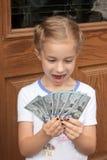 Junges Mädchen mit vielen Geld Lizenzfreies Stockfoto