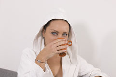 Junges Mädchen mit wachen Morgenkaffee auf Lizenzfreie Stockfotografie