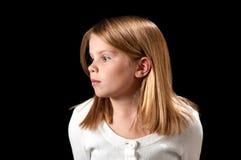 Junges Mädchen mit weißer Strickjacke Lizenzfreie Stockfotos