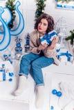 Junges Mädchen mit Weihnachtsgeschenken Stockfoto