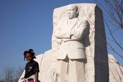 Junges Mädchen am MLK Denkmal Stockbilder