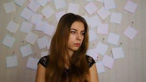Junges Mädchen nervös vor der Prüfung stock video