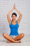 Junges Mädchen nimmt an Yoga teil Stockfoto