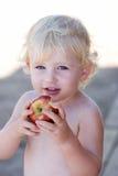 Junges Mädchen oder Kleinkind, die Apfel essen Stockfotos