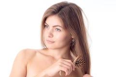 Junges Mädchen, ohne ihr Haar und Make-up zu kämmen, blickt in Richtung lokalisiert auf weißem Hintergrund Stockfotos