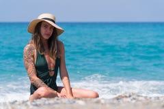 Junges Mädchen in Panama ein Sonnenbad nehmend nahe dem Meer stockfotos