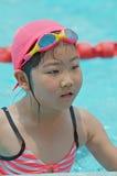 Junges Mädchen am Pool Stockbild