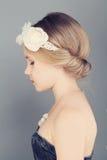 Junges Mädchen profil Blondes Haar mit dem böhmischen Boho-Chic-Haar Stockbilder