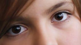 Junges Mädchen ` s Augen stock video footage