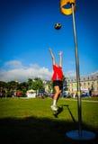 Junges Mädchen-Schießen-Ball Stockfotos