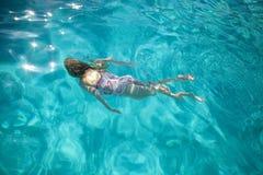 Junges Mädchen-Schwimmen im Pool Lizenzfreies Stockbild