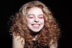 Junges Mädchen sprengt heraus lachen lizenzfreie stockbilder