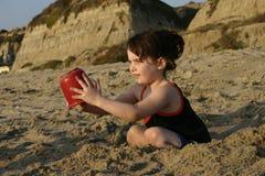 Junges Mädchen am Strand stockbild