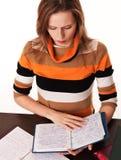 Junges Mädchen studiert ihre Notizbücher stockfoto